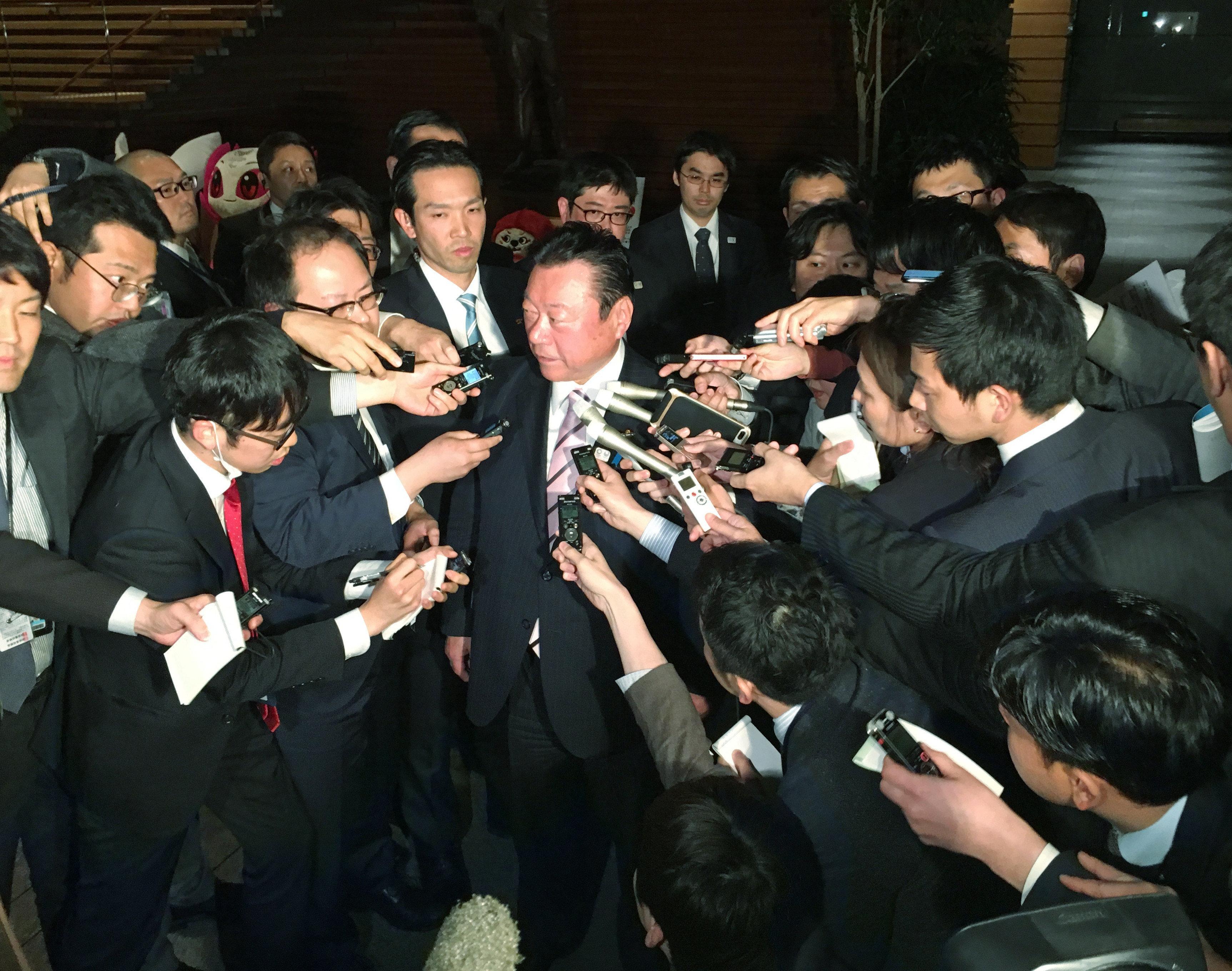 辞表を提出後、取材に応じる桜田義孝五輪担当相(中央)=2019年04月10日夜、首相官邸