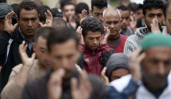 Refugees perform prayers during the Eid al-Adha celebrations as they wait for the borders to be opened at the Sarayici Er Squ