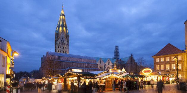 Germany, North Rhine-Westphalia, Paderborn, Christmas market at Domplatz, in the background Cathedral