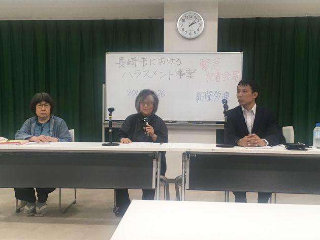記者会見した角田由紀子弁護士(左)、中野麻美弁護士(中央)、南彰・新聞労連委員長