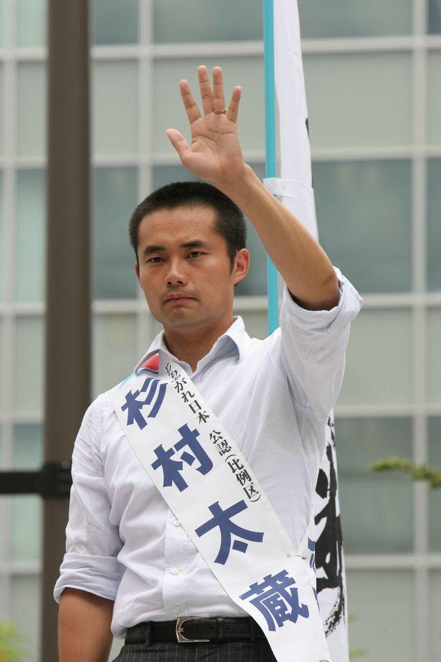 街頭演説で手を振る、たちあがれ日本・比例の杉村太蔵候補=東京・千代田区