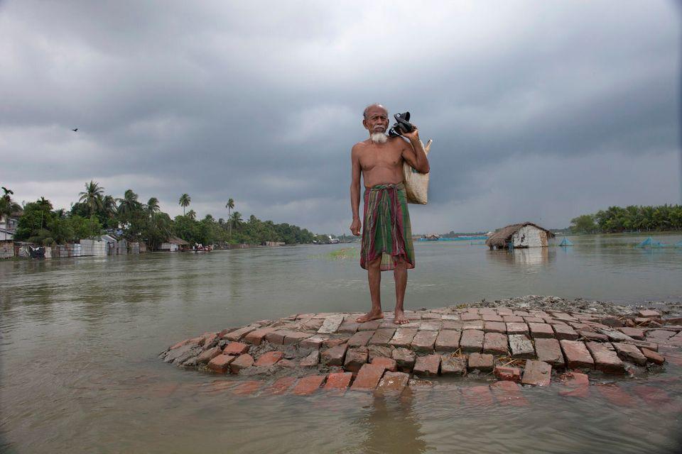 """バングラデシュは世界で最も人口<a href=""""https://www.huffpost.com/entry/bangladesh-not-waiting-for-the-world-to-save-us_b_8149554"""" target=""""_hp"""