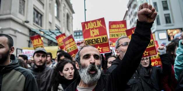Protesters shout slogans and hold placards reading 'We will resist for secularism' on April 26, 2016 at kadikoy district in I
