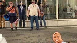 ΗΠΑ: Μουσουλμάνα χαμογελάει μπροστά σε ακροδεξιούς διαδηλωτές και γίνεται