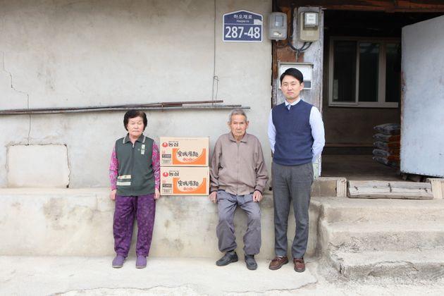 (왼쪽부터) 박병구 할아버지의 아내 최정숙 씨, 박병구 할아버지,농심 춘천 지점의 강한솔