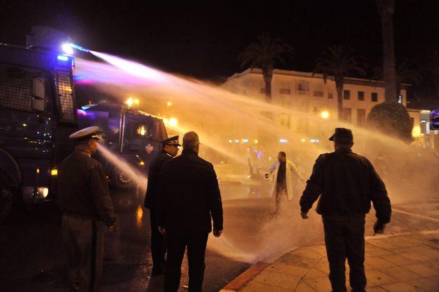 À Rabat, nouvelle manifestation des enseignants contractuels, dispersée par les canons à eau