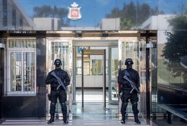 Des membres du service anti-terroriste devant le quartier général du BCIJ à