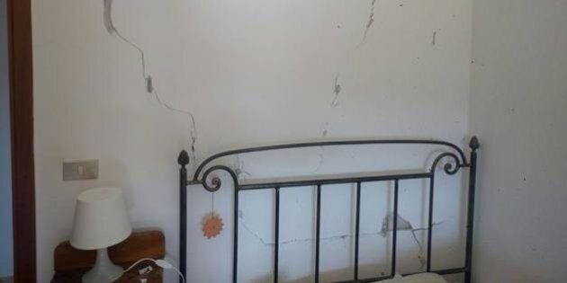 Il terremoto colpisce anche le case ricostruite a L'Aquila. Su Facebook le foto delle crepe sui