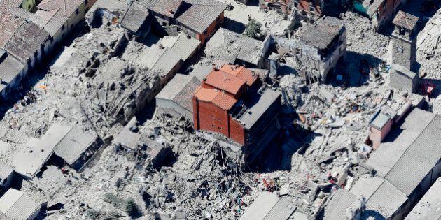 Terremoto Centro Italia, ad Amatrice un palazzo di 5 piani prima criticato da tutti è l'unico rimasto...