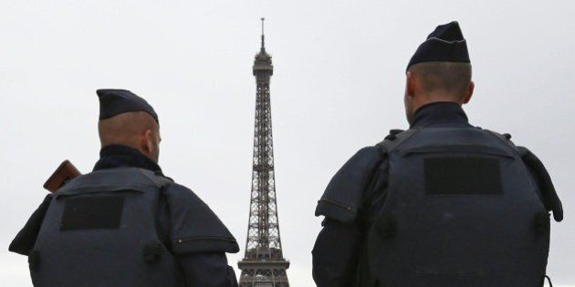 Parigi pensa di blindare la Tour Eiffel con una barriera di acciaio e vetro antiproiettile alto 2 metri...