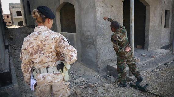Laura, 26 anni, italiana. È l'unica donna addestratrice dei peshmerga curdi che combattono