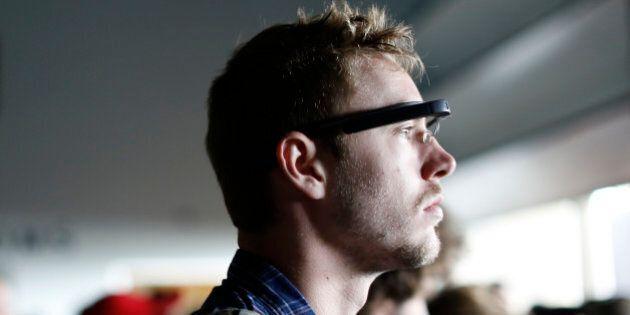 Apple progetta gli occhiali digitali da collegare all'iPhone. Alcune fonti rivelano il nuovo progetto...