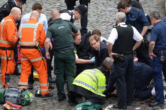 Lo sforzo eroico del deputato Tory Tobias Ellwood che tenta di salvare la vita all'agente nell'attentato...