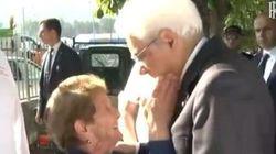 L'anziana ringrazia Mattarella con un affettuoso buffetto sul