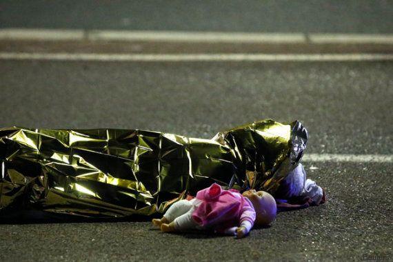 Attentato a Nizza, la foto del corpo morto con la bambola accanto diventa il simbolo della