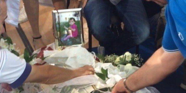 Per la tumulazione la piccola Marisol aspetta mamma e papà, feriti dal crollo della loro casa a Pescara...