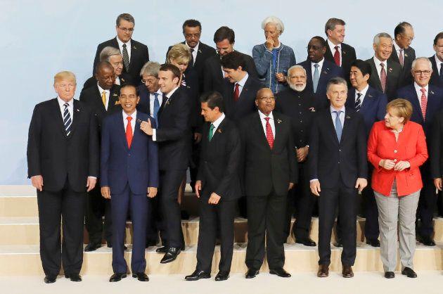 Il gesto di Macron durante la foto del G20 è l'ennesima prova di forza contro