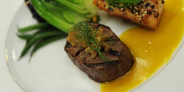 Lo chef Anthony Bourdain nel suo ultimo libro elenca i piatti da non ordinare al ristorante: potrebbero...