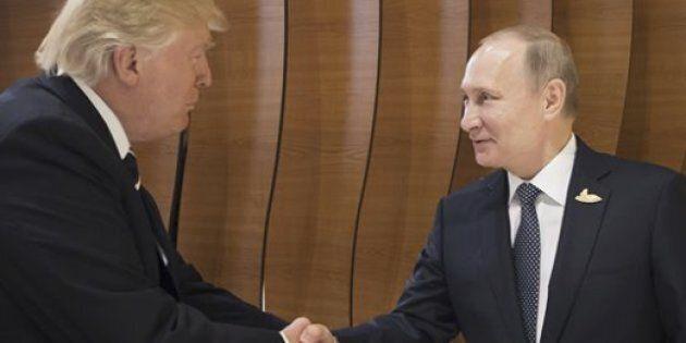 Il linguaggio del corpo di Trump durante l'incontro con Putin è