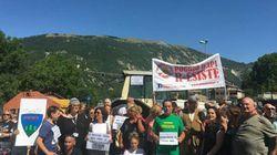 I cittadini di Accumoli protestano contro le macerie del terremoto ancora in