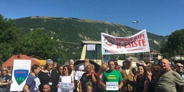 Statale Salaria bloccata da una manifestazione di protesta in corso ad Accumoli, uno dei comuni del reatino...