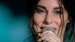 Le lacrime di Bianca Atzei mentre canta a Sanremo per il suo Max