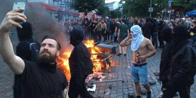 Il selfie del Black Bloc hipster con l'iphone durante gli scontri del G20 potrebbe essere fake. Ma c'è...
