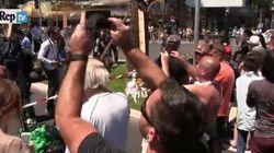 Curiosi in massa sul lungomare di Nizza, selfie e video sul luogo del