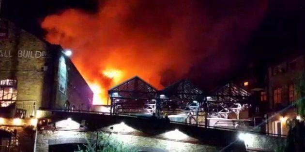 Camden Market a fuoco a Londra. Tanta paura, ma nessun