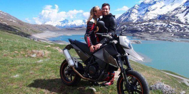 Lite in strada, accelera con il furgone e travolge due fidanzati in moto: lei muore, il suo ragazzo in...