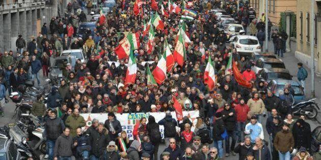 A Genova si riunisce l'ultradestra. Scontri tra gli antagonisti e la polizia, lanci di petardi e