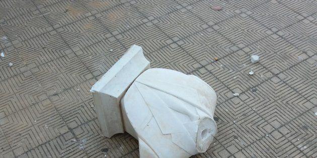 Staccati la testa e parte del busto della statua di Giovanni Falcone a Palermo. Il premier Gentiloni:...