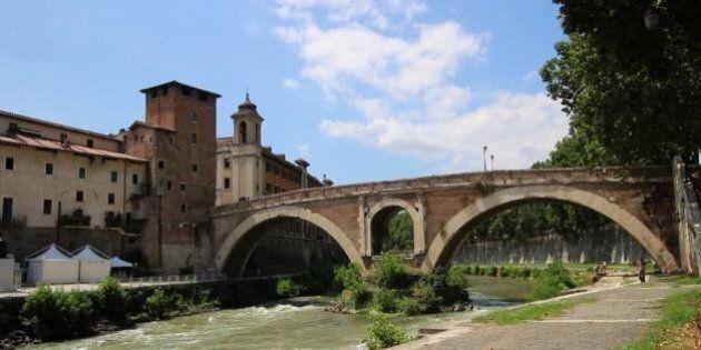 Donna con le doglie partorisce in strada a Roma grazie all'aiuto di due militari in servizio