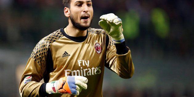 Gianluigi Donnarumma firma per il Milan fino al 2021. Prenderà 6 milioni a stagione (e sistema anche...