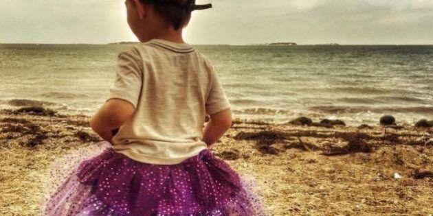 Il figlio di 3 anni indossa il tutù, madre accusata di abusi replica:
