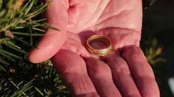 3 mesi dopo la morte della moglie ritrova la fede nuziale persa 15 anni