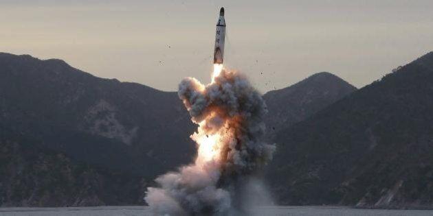 Corea del Nord, prima sfida a Donald Trump: missile nel mar del Giappone. Il presidente Usa: