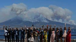 Sposi e invitati in festa mentre dietro il Vesuvio
