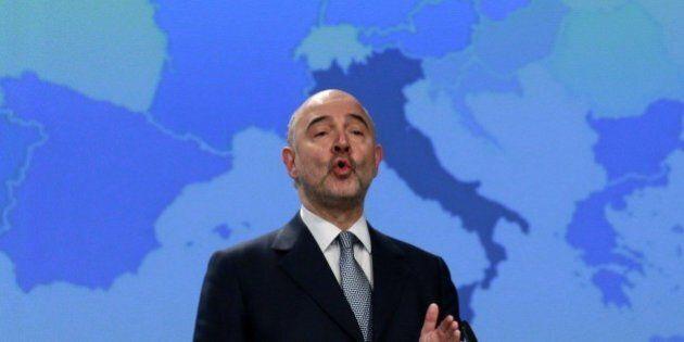 Italia lumaca d'Europa anche sulla mappa. Dietro Pierre Moscovici il colore viola dello stivale, unici...