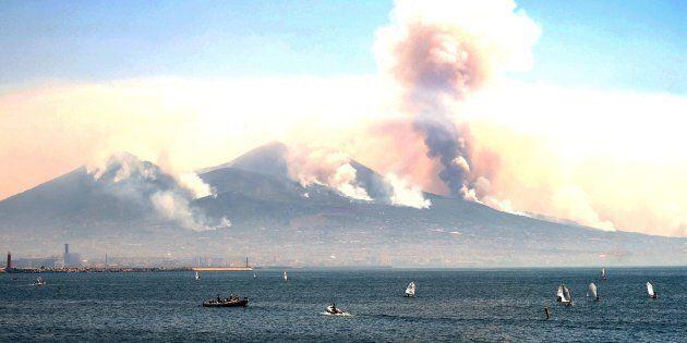 Vesuvio ancora in fiamme, interviene l'esercito e blocca gli accessi al Parco Nazionale. Tre aerei francesi...