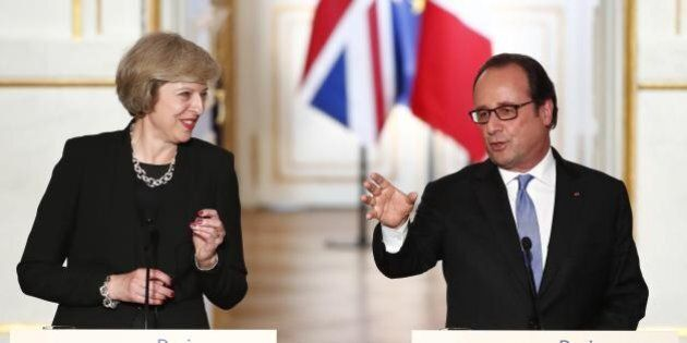 Theresa May incontra François Hollande a Parigi. Il presidente francese chiede tempi brevissimi per la
