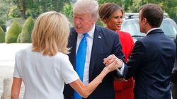 Donald Trump strattona il braccio di Brigitte Macron, in un'ultima (bizzarra) stretta di
