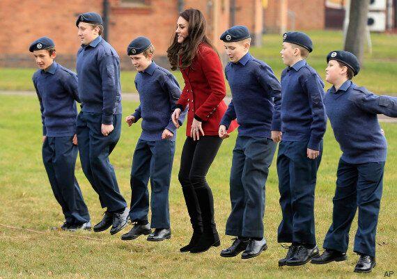 Kate Middleton fa visita ai cadetti della RAF e dimostra che anche una duchessa può allenarsi coi