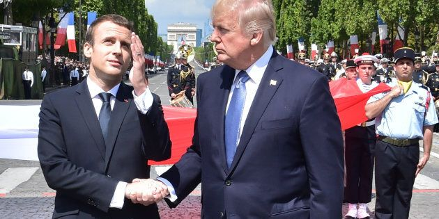 Donald Trump e Macron si scambiano una stretta di mano di 30 secondi e si scatena l'ironia del
