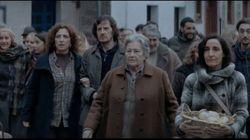 Un paese intero mantiene in vita l'illusione di un'anziana: a Natale a trionfare è la