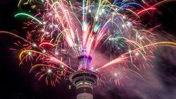 Show di fuochi ad Auckland, folla a Sidney, i palloncini di Tokyo, entusiasmo a
