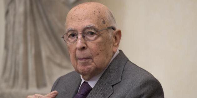 Giorgio Napolitano si racconta a Maurizio Costanzo, 57 anni tra politica e passioni a fianco della moglie