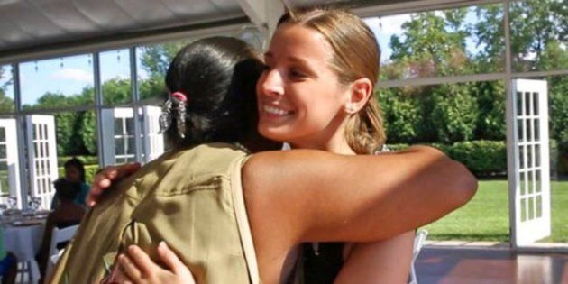 Annulla il matrimonio e festeggia con gli homeless: