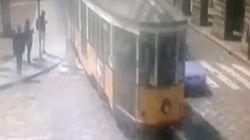 Il video dell'auto della polizia incastrata tra i due tram chiarisce davvero come è