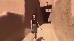 Si fa filmare mentre passeggia in minigonna per le strade di un antico castello in Arabia Saudita, rilasciata dalla
